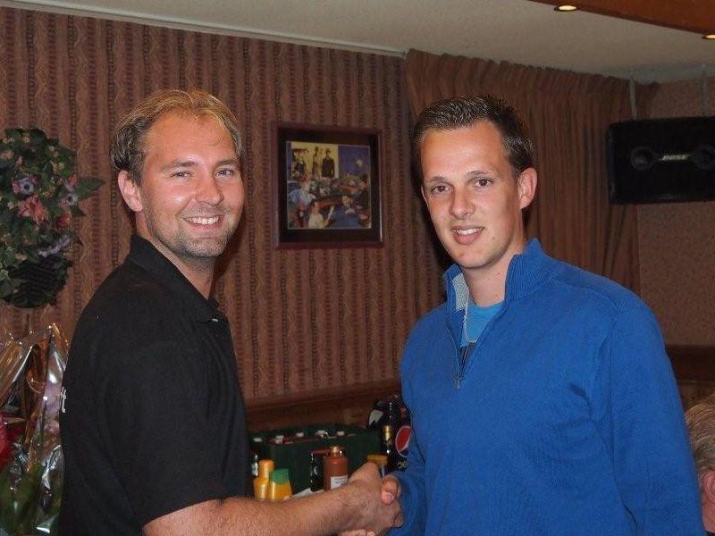Marco Hijne (links) feliciteert Jeroen Buijs (rechts) met deze mooie overwinning